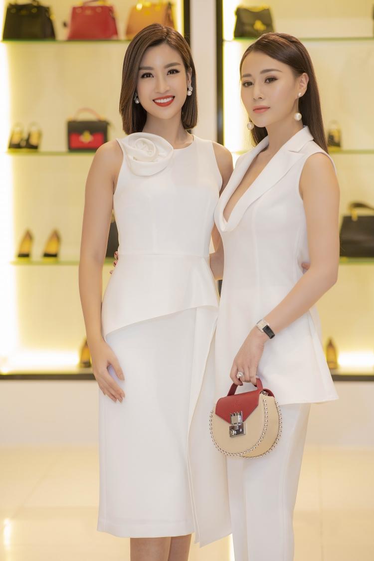 Qúa thành công khi xuống tóc, Đỗ Mỹ Linh xinh đẹp rạng rỡ thay liền 2 bộ váy trong sự kiện