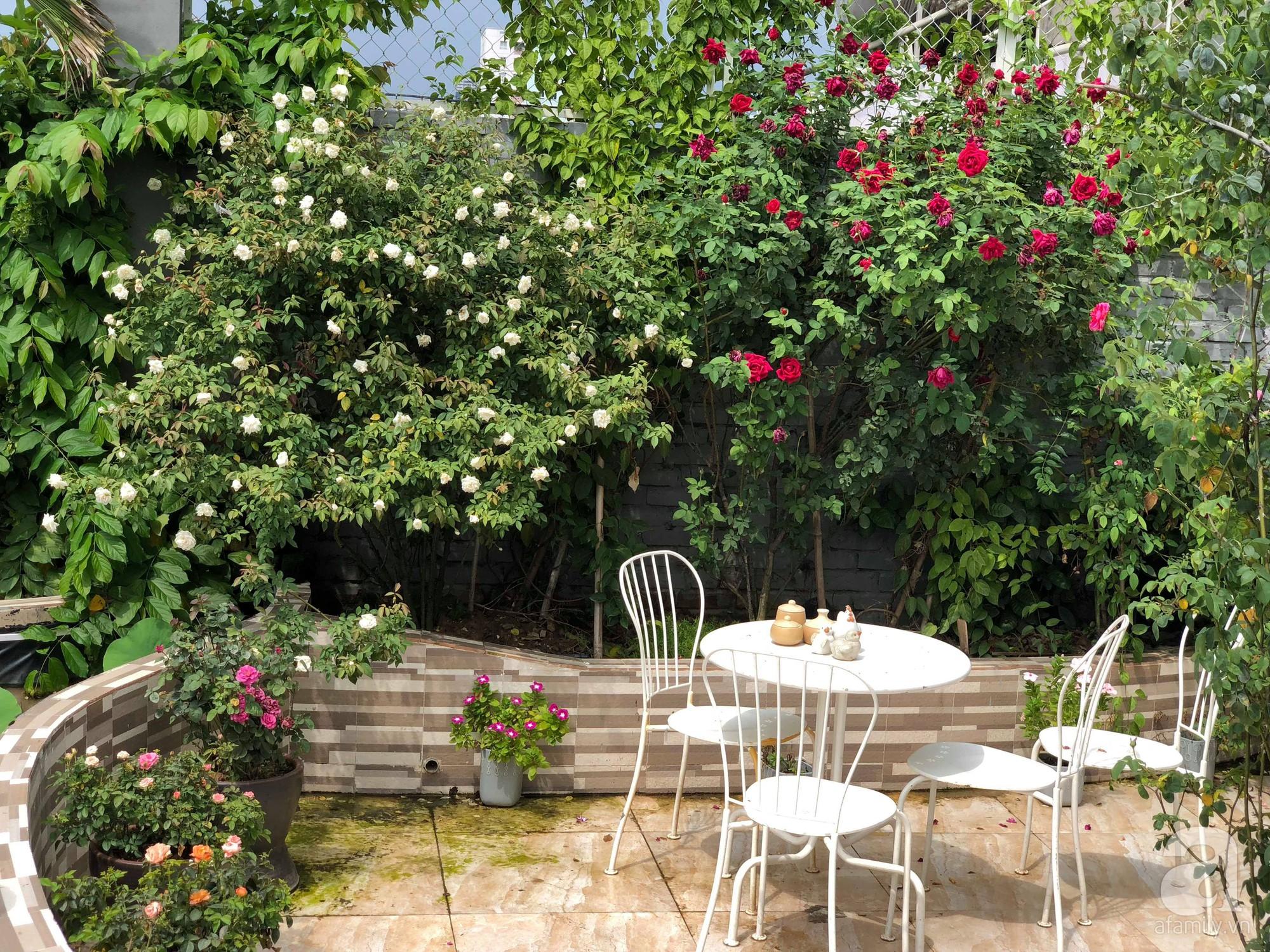 Khu vườn trên sân thượng rộng 200m² đẹp ngỡ ngàng với trăm loài hoa đua nhau khoe sắc ở Hà Nội