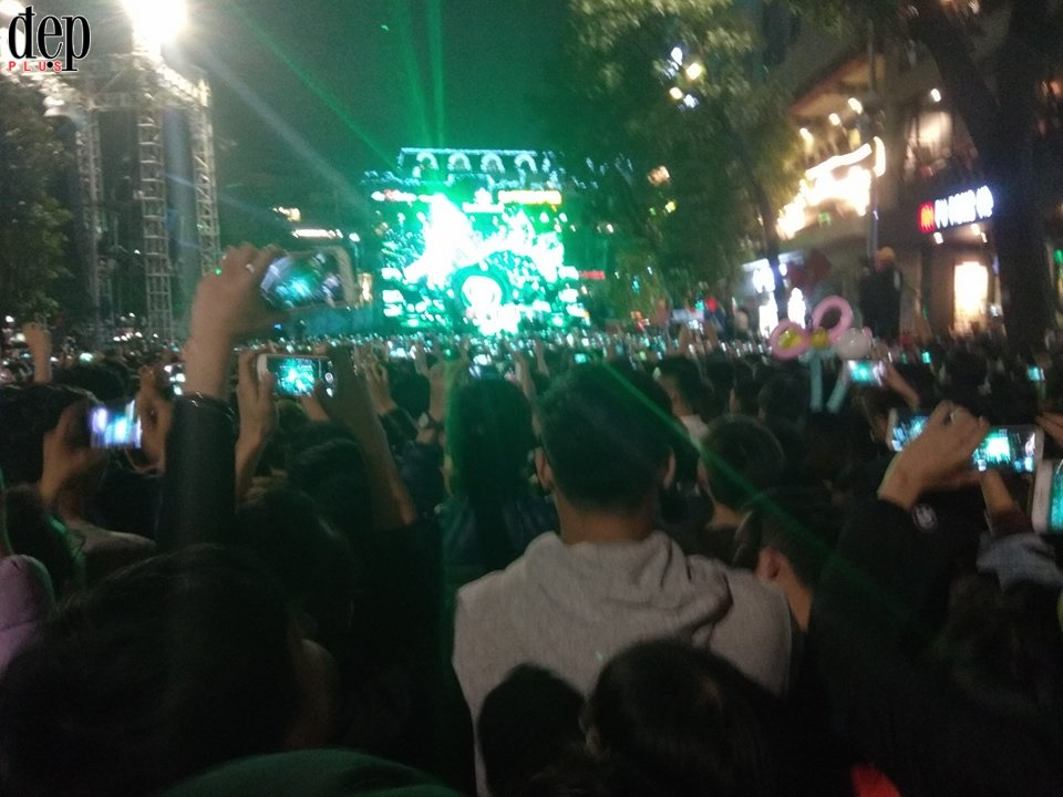 Giao thừa 2018: Sài Gòn tưng bừng bắn pháo hoa, Hà Nội quẩy banh nóc với đại nhạc hội countdown