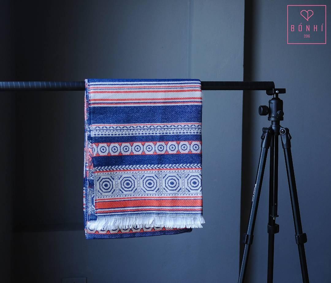 Những mẫu khăn quàng cổ họa tiết thổ cẩm cho set đồ đông thêm thú vị