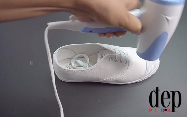 Cách đơn giản để giữ đôi giày sneaker trắng sạch sẽ trong thời tiết sương mù ẩm ướt