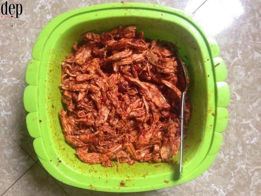 Hướng dẫn làm khô gà xé cay, xua tan nỗi lo thịt gà luộc thừa ngày Tết