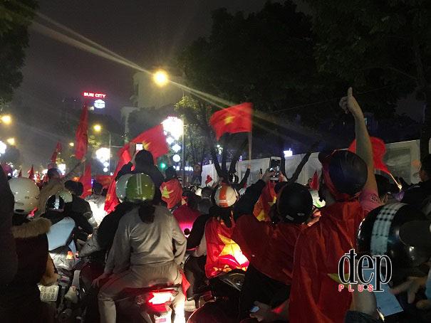 Biển người đổ ra các nẻo đường thủ độ Hà Nội để ăn mừng chiến công đội tuyển U23 Việt Nam