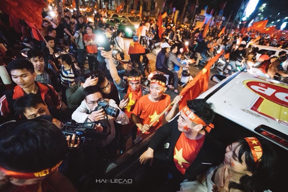 Cặp đôi hạnh phúc nhất đêm qua: Chụp ảnh cưới ngay trong tâm bão ăn mừng U23 Việt Nam chiến thắng