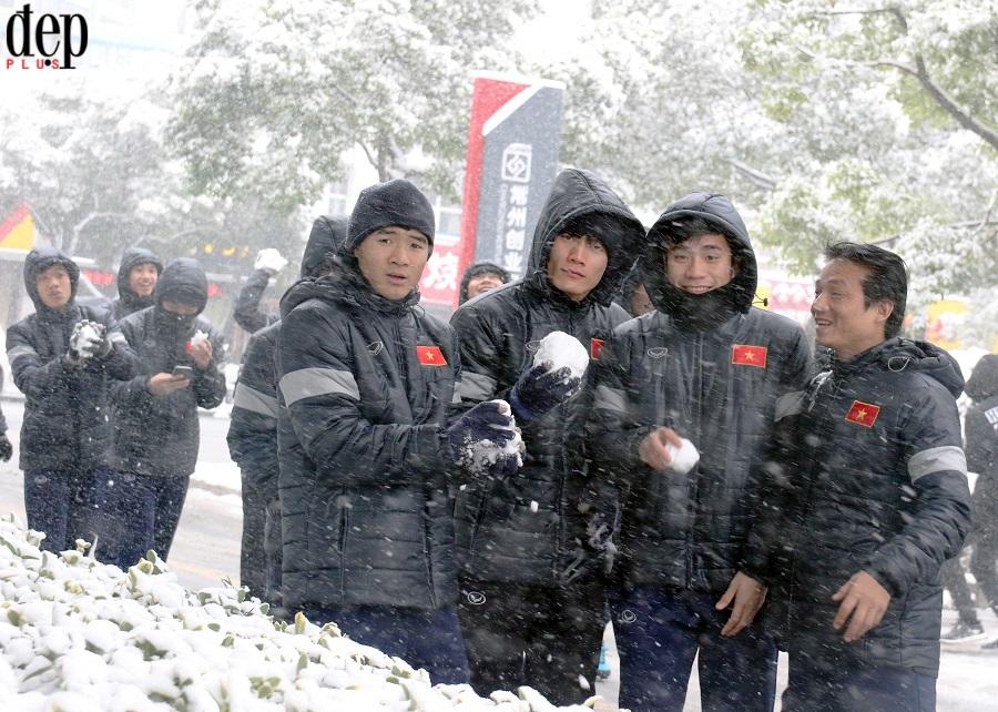 Chung kết U23 Việt Nam và U23 Uzbekistan có thể bị hoãn vì tuyết rơi dày, các cầu thủ vẫn vui vẻ nghịch tuyết