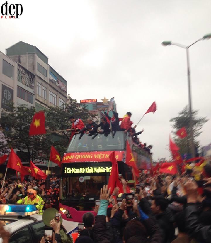 Hà Nội: Người dân tràn ra đường đón đội tuyển U23 Việt Nam trở về