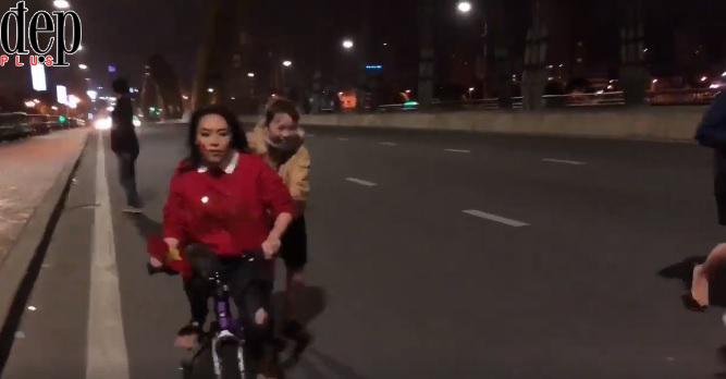 Mỹ Tâm đi bão bằng siêu xe đạp cực đáng yêu ăn mừng đội tuyển U23 Việt Nam