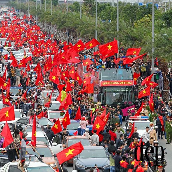 Cư dân mạng Trung Quốc một lần nữa dậy sóng vì hình ảnh CĐV Việt Nam đón đội tuyển U23