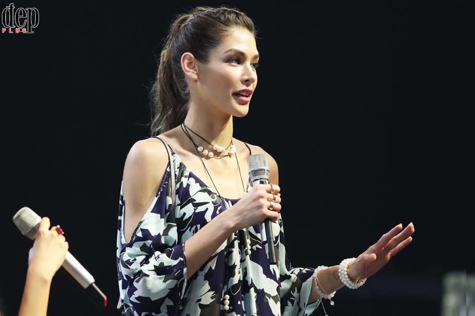 Chung kết Hoa hậu Hoàn vũ 2017: Chủ tịch Tổ chức Hoa hậu Hoàn vũ thế giới và Hoa hậu Hoàn vũ đẹp nhất lịch sử nói chuyện với thí sinh trước giờ G