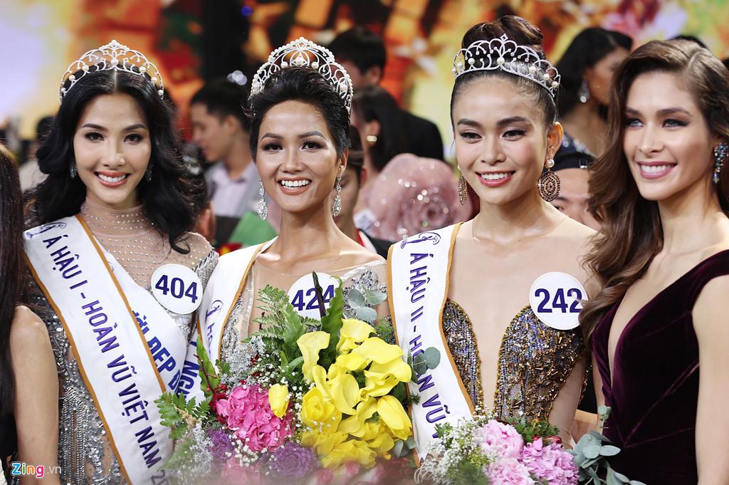 Phẫn nộ với nhà báo miệt thị Hoa hậu Hoàn vũ HHen Niê có làn da thâm màu, không cần đuôi vẫn vào được rừng