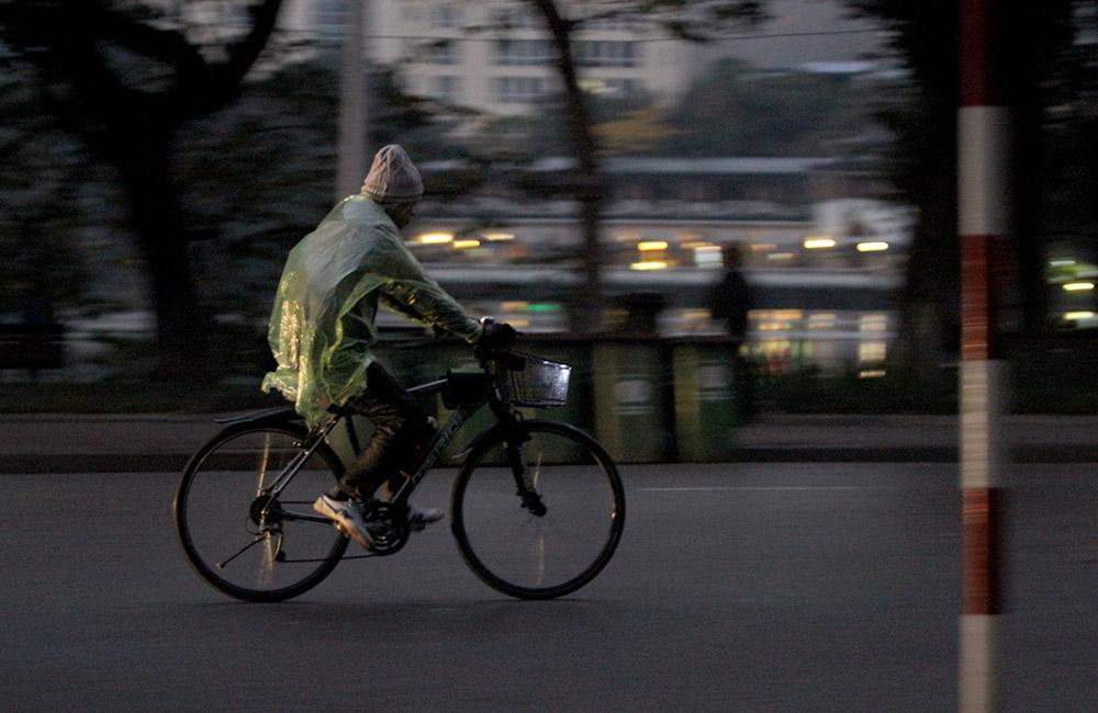 Chùm ảnh: Hà Nội co ro đón không khí lạnh cực mạnh tràn về sáng nay