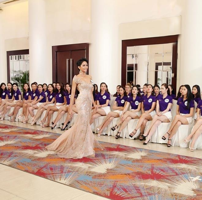 Bị một nhà báo Việt miệt thị, nhưng Hoa hậu hoàn vũ H'Hen Niê được quốc tế khen ngợi nhiệt liệt thế này đây