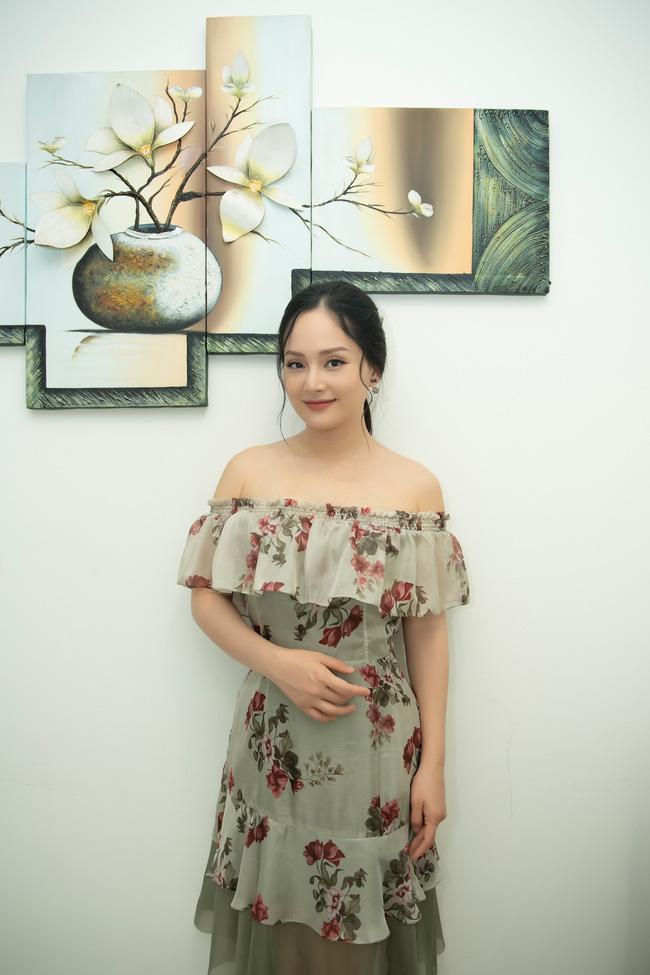 Lan Phương gợi cảm khoe vai trần, đọ sắc cùng 'tiểu tam' Trang Cherry