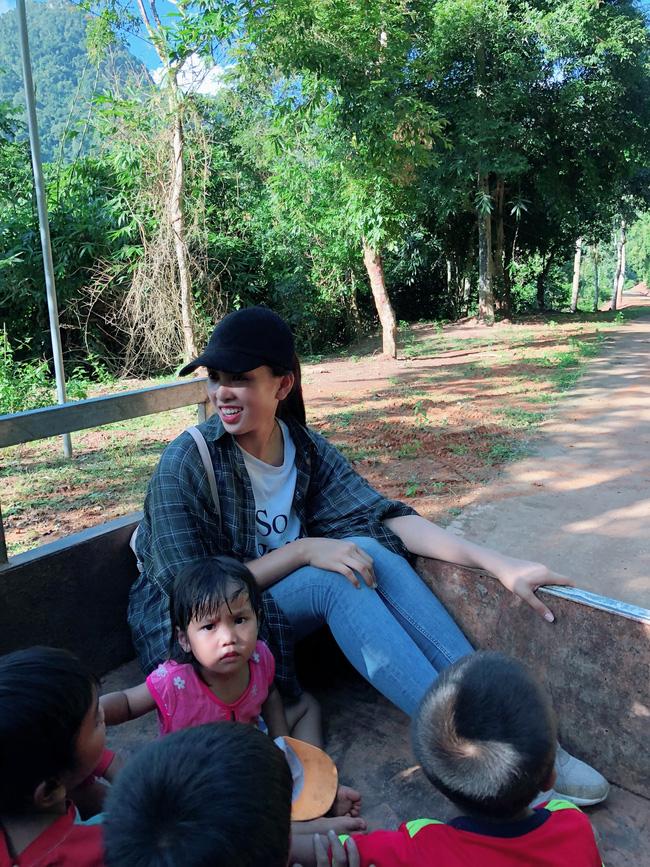 Hoa hậu Tiểu Vy gây bất ngờ với hình ảnh ngồi xe công nông lên bản