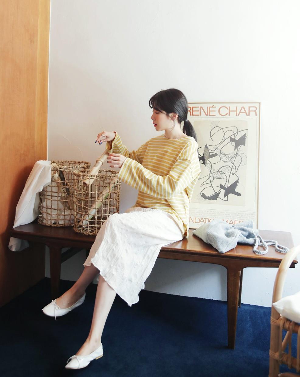 5 kiểu áo thun dài tay hoàn hảo cho những ngày nóng lạnh thất thường, diện lên sành điệu và trẻ trung hết mực - 7