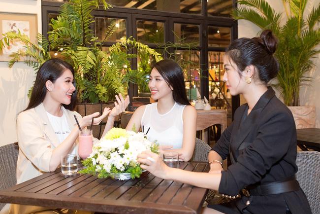 Cuộc gặp hiếm có của các đại diện Việt thi Hoa hậu Quốc tế: Nguyễn Thúc Thùy Tiên đẹp dịu dàng bên đàn chị - 4