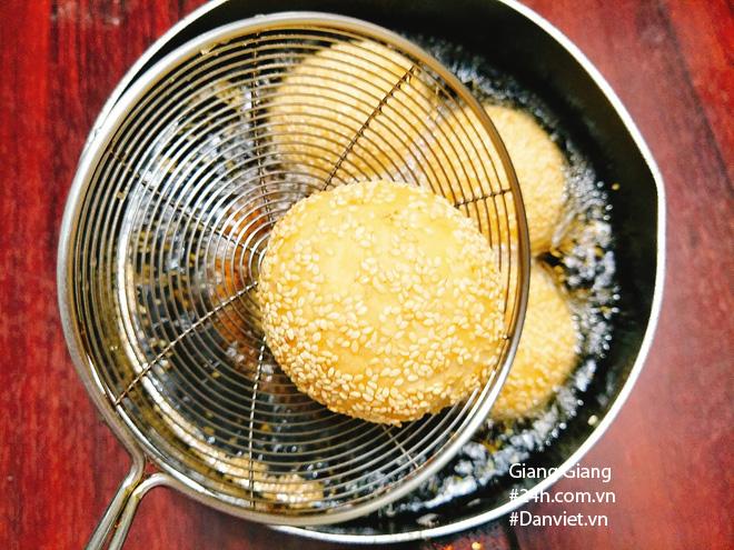 Mùa thu sao có thể thiếu bánh rán lúc lắc tròn xinh, nóng hổi vừa thổi vừa ăn