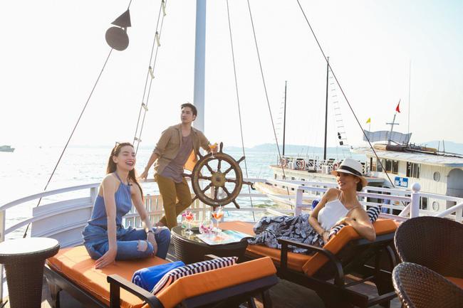 Hồ Ngọc Hà khoe dáng bên siêu mẫu Thái Lan trên du thuyền sang chảnh