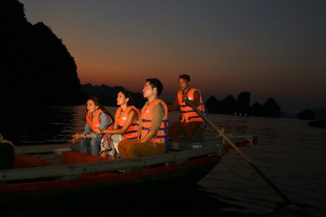Hồ Ngọc Hà khoe dáng bên siêu mẫu Thái Lan trên du thuyền sang chảnh - 9