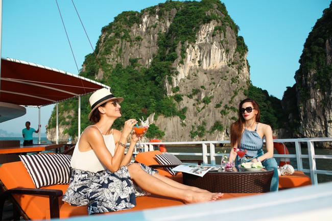 Hồ Ngọc Hà khoe dáng bên siêu mẫu Thái Lan trên du thuyền sang chảnh - 1