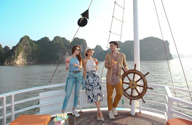 Hồ Ngọc Hà khoe dáng bên siêu mẫu Thái Lan trên du thuyền sang chảnh - 2