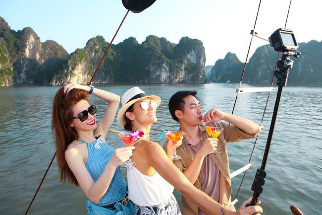 Hồ Ngọc Hà khoe dáng bên siêu mẫu Thái Lan trên du thuyền sang chảnh - 3