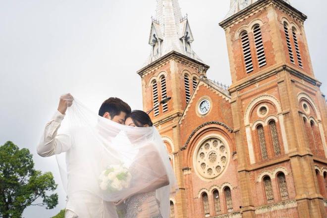 Ảnh cưới sexy giữa phố của Sĩ Thanh bị ném đá là thiếu tôn trọng bản thân