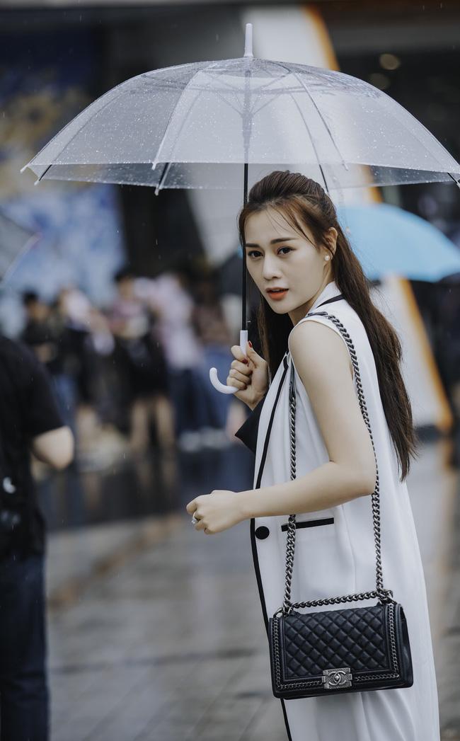 Phương Oanh 'Quỳnh búp bê' khoe style cá tính ở Hàn Quốc - 1