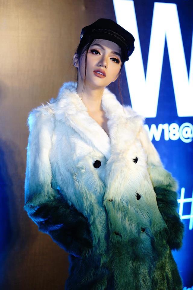 Hoa hậu Hương Giang mặc áo lông khoe đùi thon dài quyến rũ
