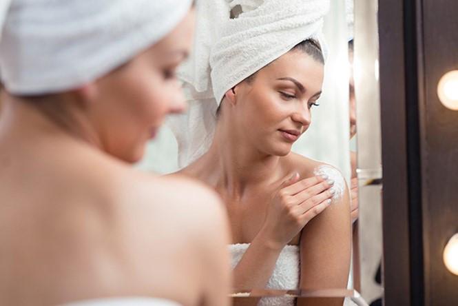 3 bước trong liệu trình dưỡng trắng da body đơn giản dành cho phái nữ