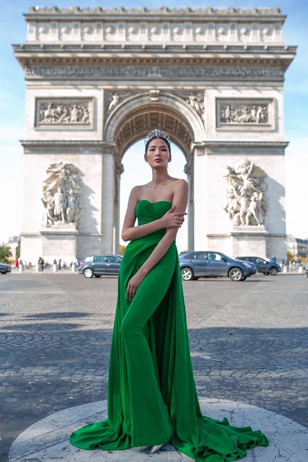 Hoàng Thùy diện váy dạ hội, khoe dáng trên đất Pháp