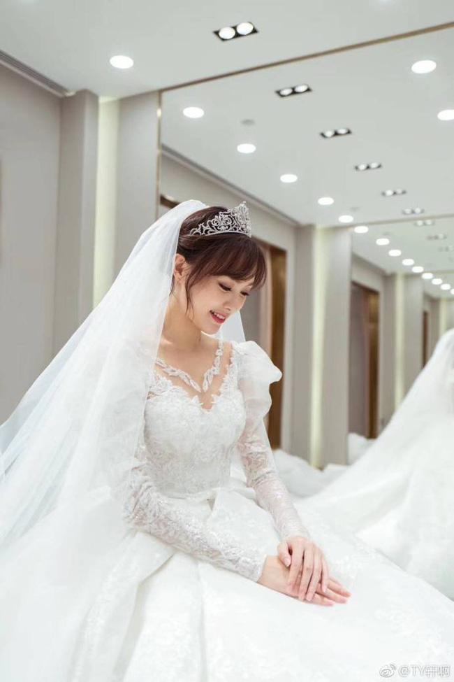 Cuối cùng, hình ảnh cô dâu Đường Yên lộng lẫy trong bộ váy cưới độc nhất vô nhị cũng được công bố rồi đây
