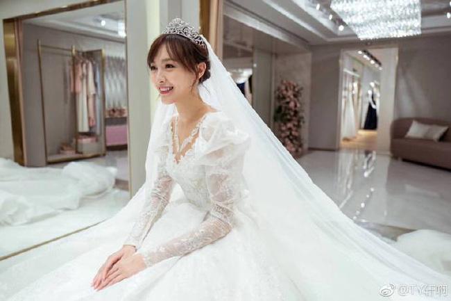Cuối cùng, hình ảnh cô dâu Đường Yên lộng lẫy trong bộ váy cưới độc nhất vô nhị cũng được công bố rồi đây - 1