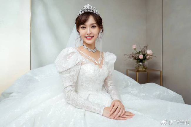 Cuối cùng, hình ảnh cô dâu Đường Yên lộng lẫy trong bộ váy cưới độc nhất vô nhị cũng được công bố rồi đây - 2