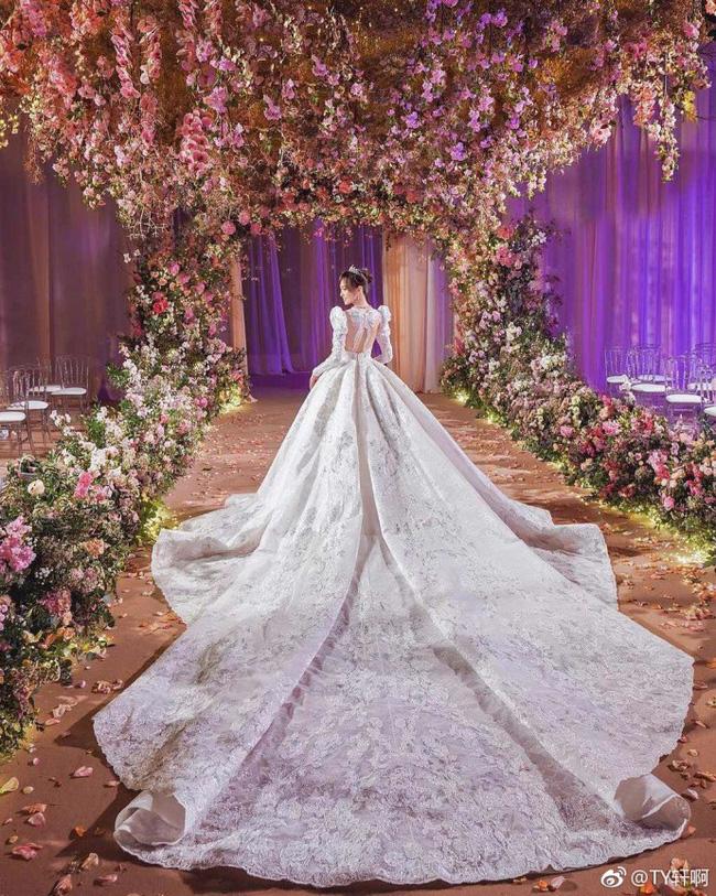 Cuối cùng, hình ảnh cô dâu Đường Yên lộng lẫy trong bộ váy cưới độc nhất vô nhị cũng được công bố rồi đây - 5
