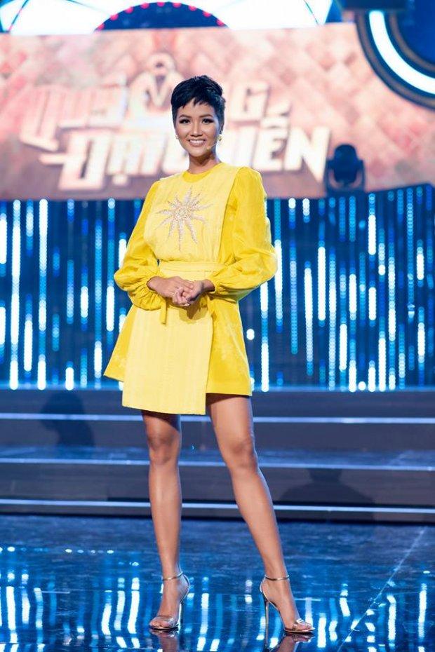 HHen Niê tiếp tục tung chiêu với sắc vàng chanh rực rỡ, dẫn đầu xu hướng mùa mốt 2018
