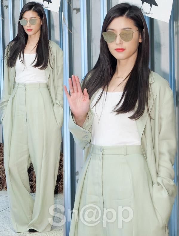 Jun Ji Hyun vẫn sang chảnh dù mặc quần áo nam tính, luộm thuộm