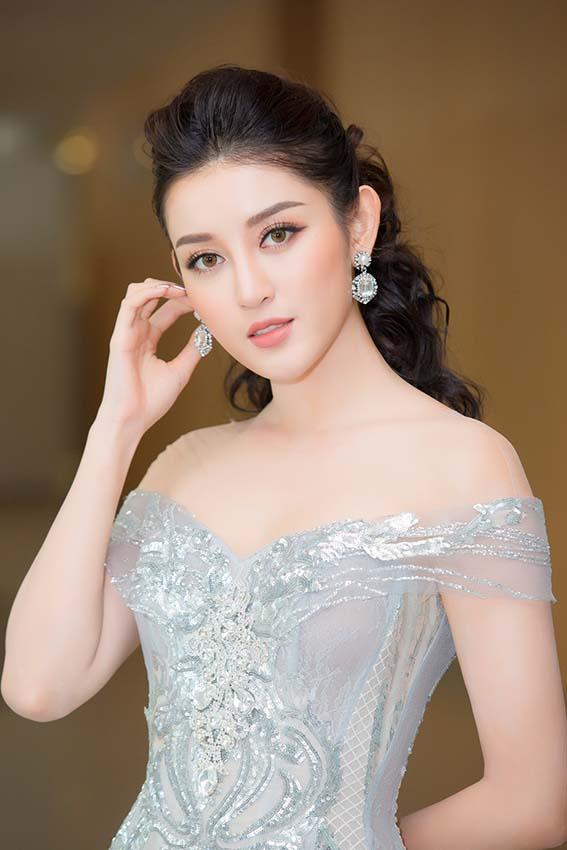 Á hậu Huyền My mặc trễ nải khoe vòng một trò chuyện cùng Kim Lý