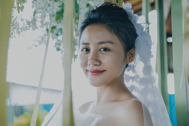 Rất nhiều cư dân mạng đã tinh ý phát hiện ra mẫu giấy đăng ký kết hôn mà Văn Mai Hương đăng tải là mẫu cũ, hiện không còn có giá trị sử dụng.
